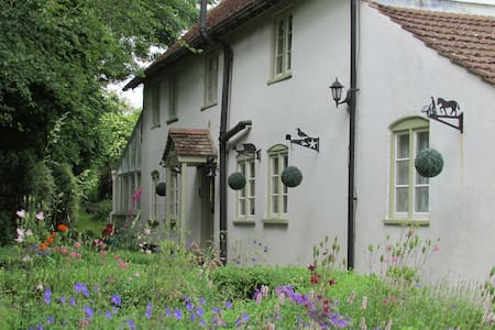 Cosy Cottage-sleeps 5 in 4 bedrooms - Great Cheverell