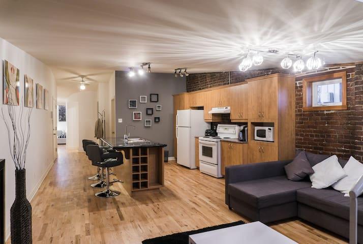 Spacious & modern living room & kitchen. Custom made bar, LED lights; great for group get-together's.