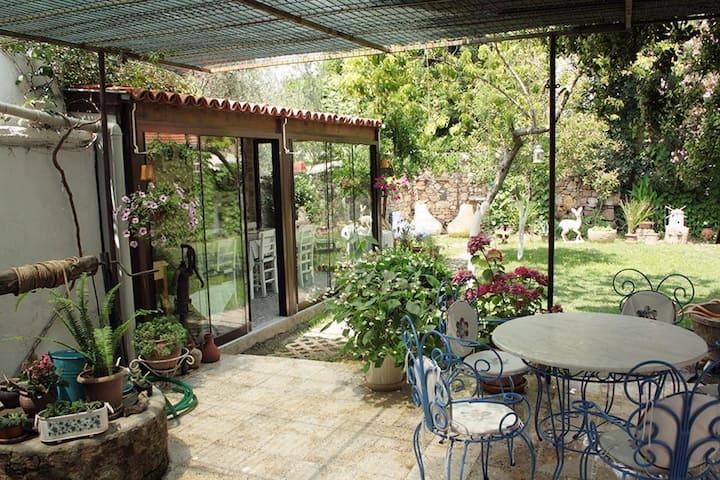 Ayvalık merkezde bahçeli taş ev/Greek Style House
