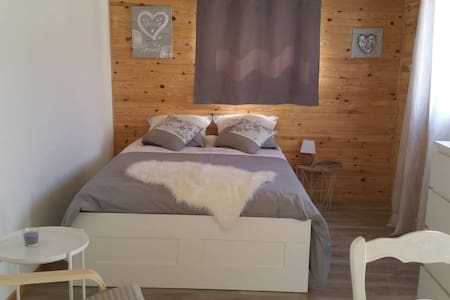 Studio 27 m² bois tout confort  accès piscine.