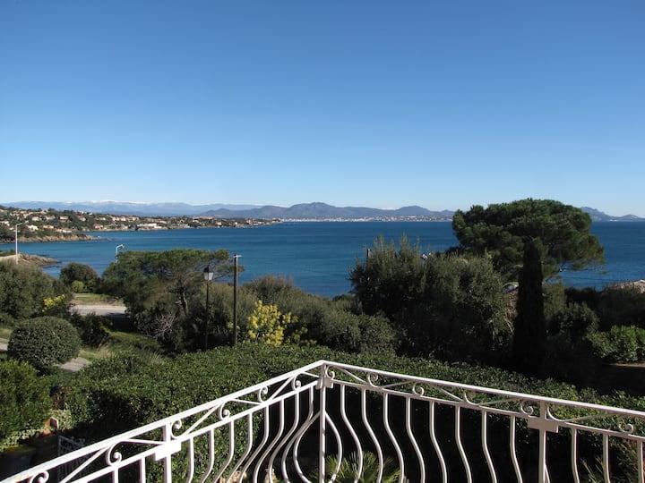 Charmante villa avec piscine chauffée et vue mer