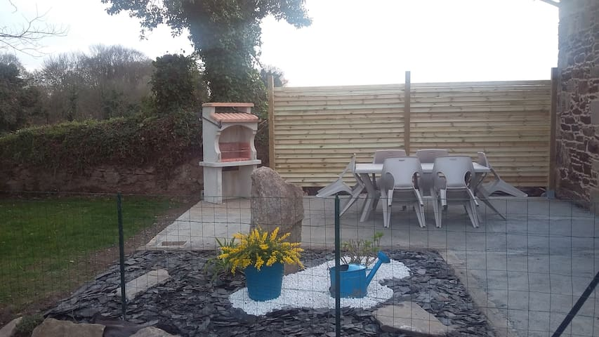 Belle terrasse ensoleillée avec barbecue