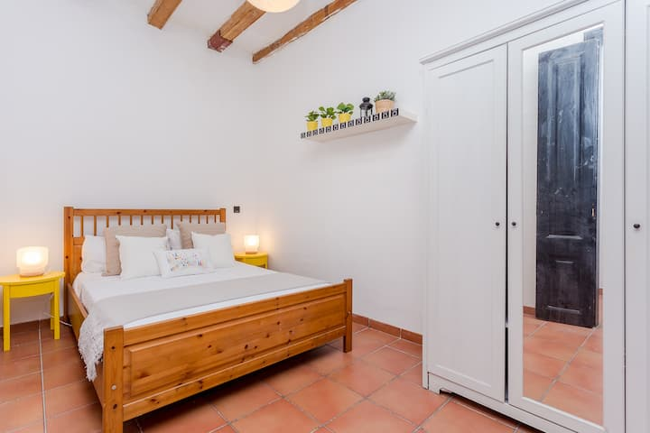 Great room (#3) 1 minute far from Arc de Triomf