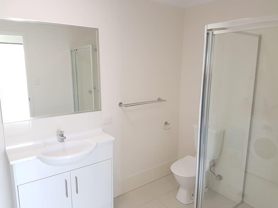 Bathroom adjacent to both bedrooms