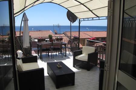 Fronte mare, mansarda con terrazza.