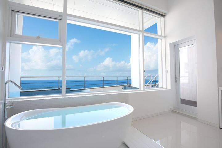 전면 큰 창으로 따사로운 햇빛이 내리쬐는 감각적인 디자인의 PLUS 104
