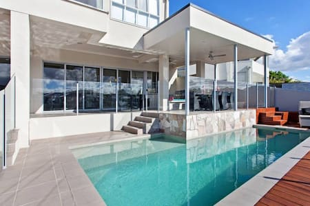 Stunning Waterfront Home - Hus