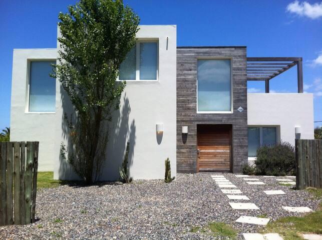Casa moderna vista al mar y piscina