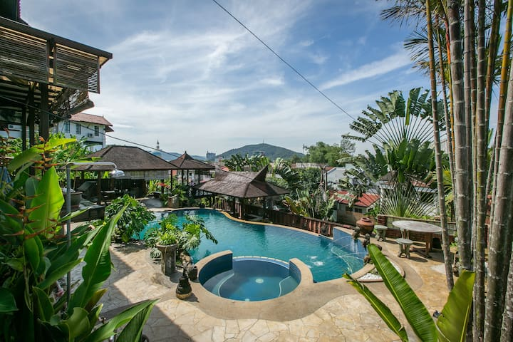Tropical Oasis Villa in the City, Couple's retreat