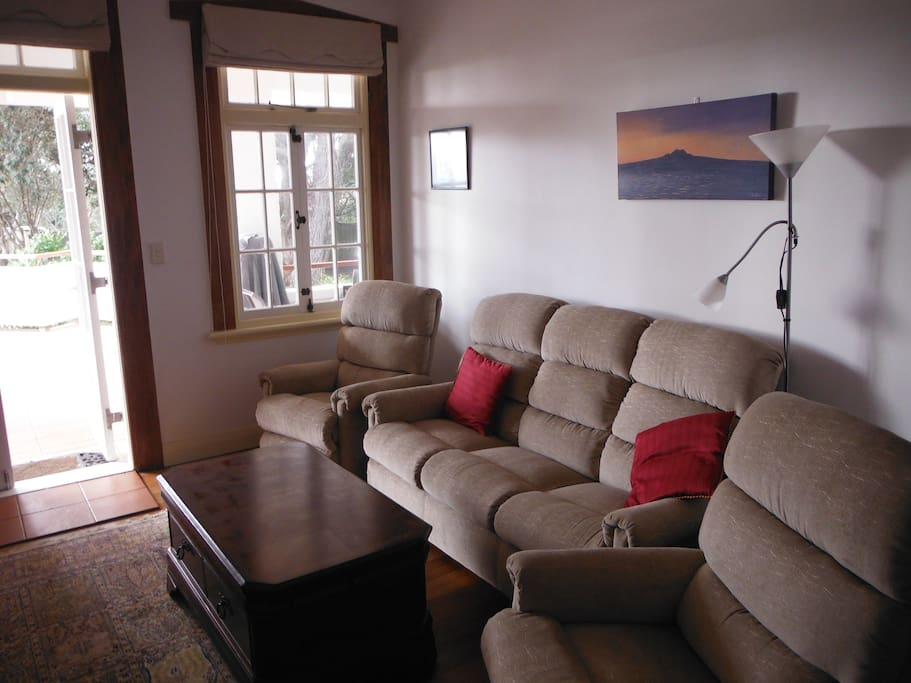 Cozy with flatscreen tv, cable & free wifi as you enjoy the seaview from the sofa