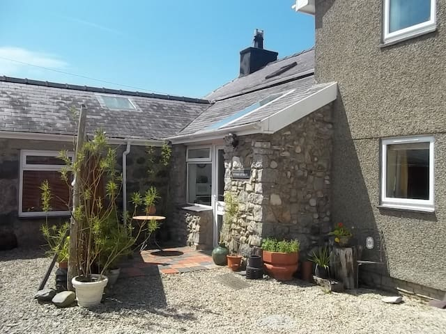 Stiwdio Eithinog Farm Cottage  - Caernarfon - Appartement