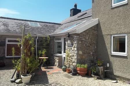 Stiwdio Eithinog Farm Cottage  - Caernarfon