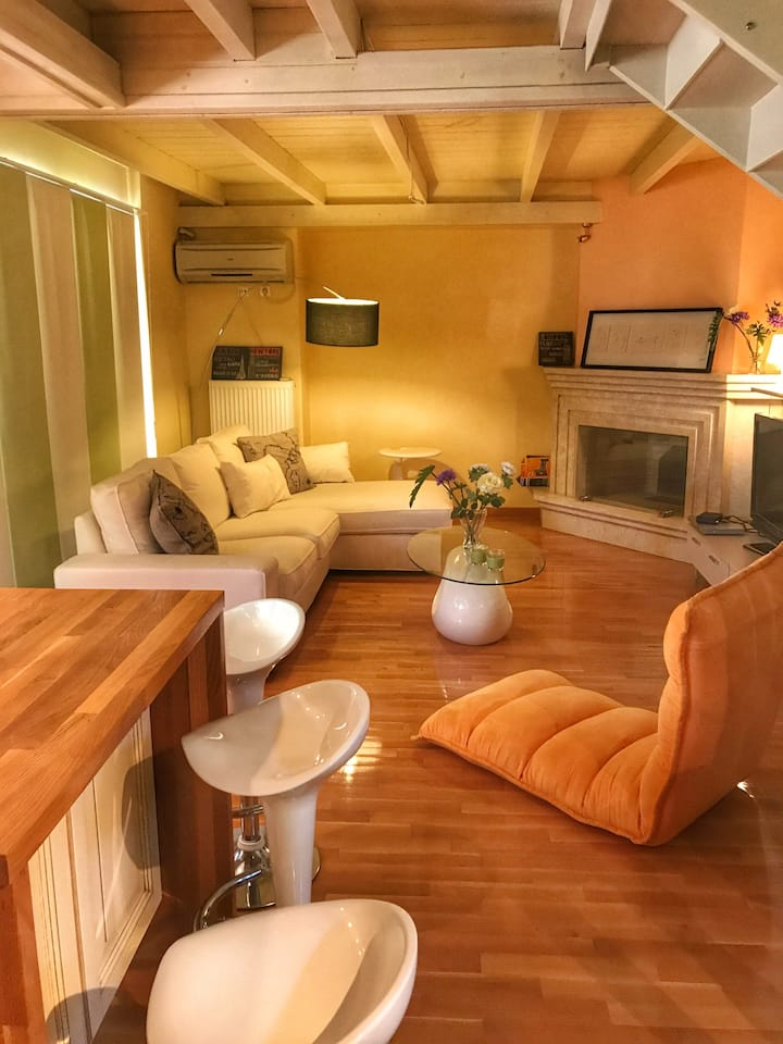 Beautiful Apartment-Loft in historical Mesologgi