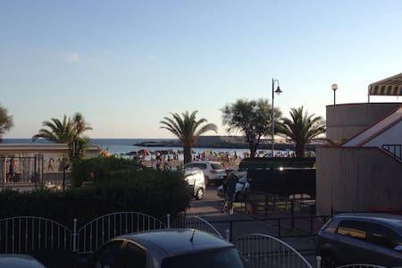 neue Ferienwohnung/großer Terrasse/direkt am Meer - Marina di Casal Velino