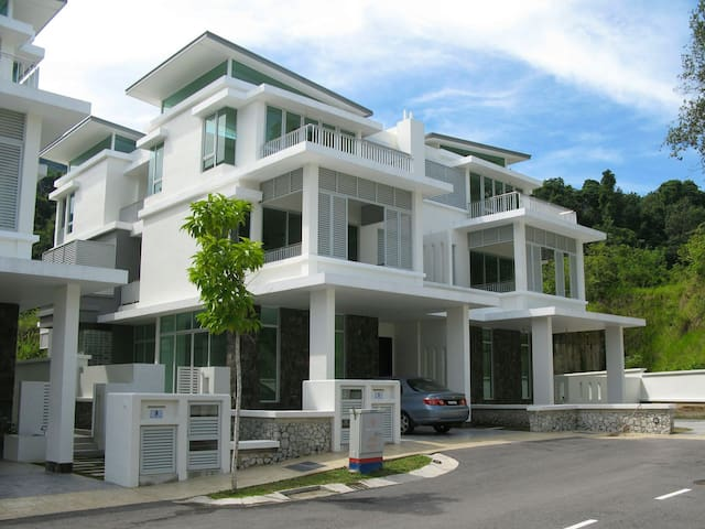 Luxurious and modern villa villas for rent in batu for Terrace 9 classic penang