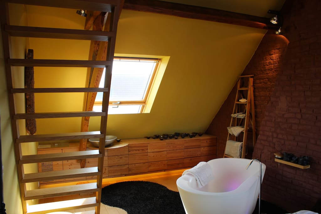Bath, private lavabo, stairs to the top bed.