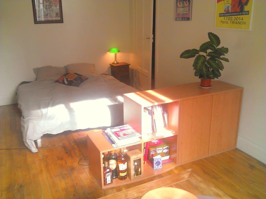 La pièce principale lumineuse avec son plancher