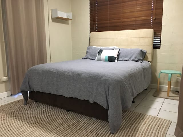 XL private room with ensuite close to the airport - Anula - 단독주택