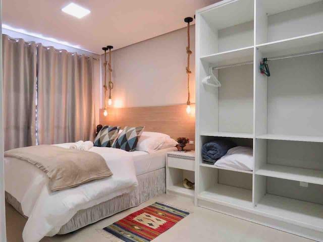 Suíte aconchegante, confortável e com Smart TV