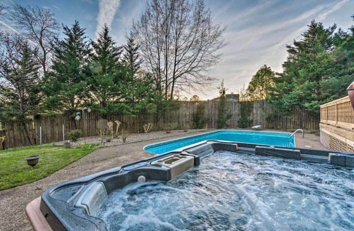 2 Acres*Pool*Hot tub*Lake* Game Room*Sleeps 30