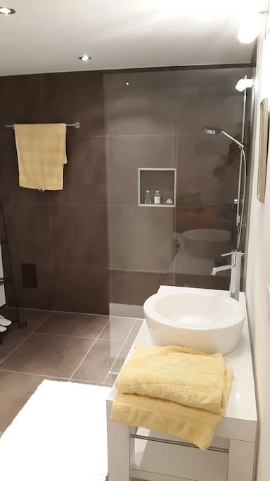 tolles modernes eigenes Bad