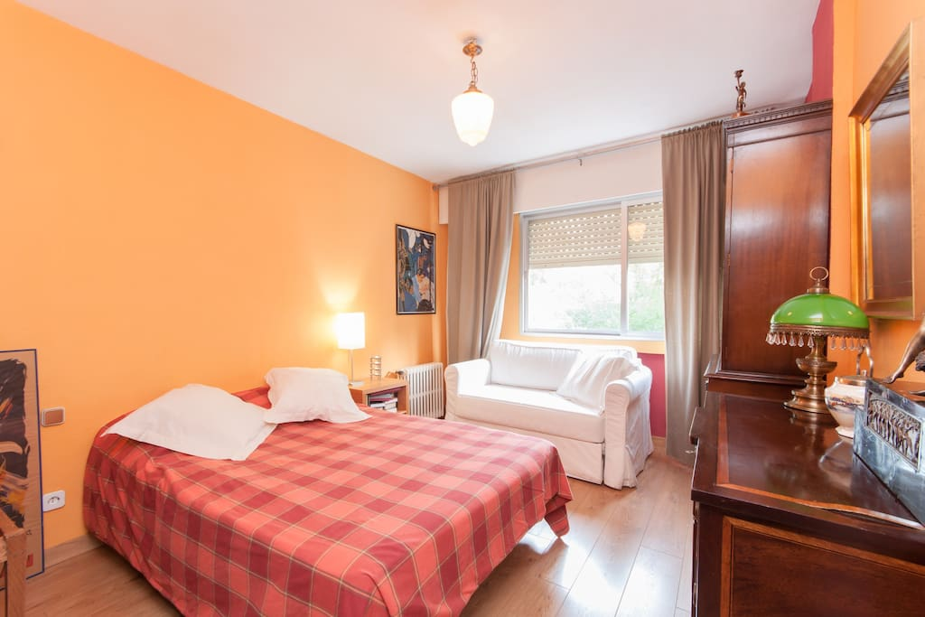 Bonita habitaci n en parque retiro apartamentos en for Habitacion cuadruple madrid