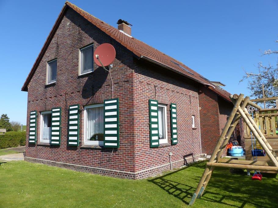 Gartenansicht mit Spielturm für die kleinen Gäste