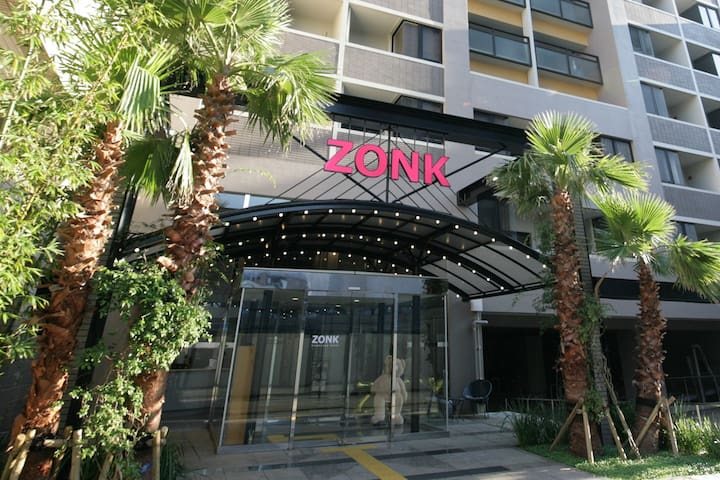 ZONK Unmanned Hotelは、大きなヤシの木が目印です。(敷地内には駐車場も完備してます※要事前予約) / ZONK Unmanned Hotel is marked by large palm trees.  / 커다란 야자수가 ZONK Unmanned Hotel의 표식입니다. / 大椰樹是ZONK Unmanned Hotel的地標(飯店附有停車場※須事先預約)