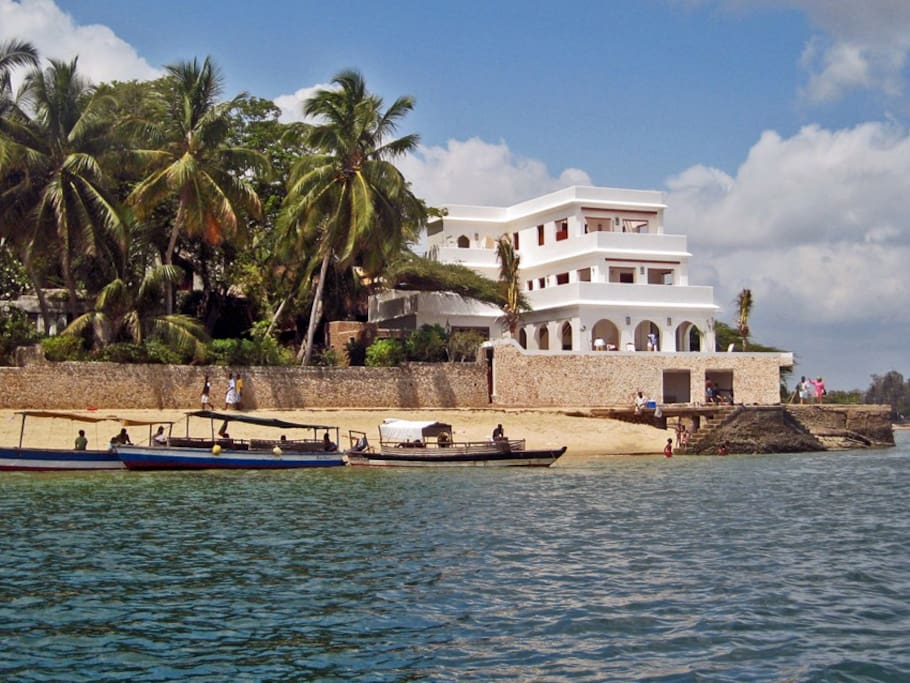 Forodhani House from the sea, beach at your feet, 12 kms long !