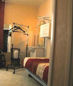 studio une personne avec un cabinet de toieltte - Néris-les-Bains - Apartment