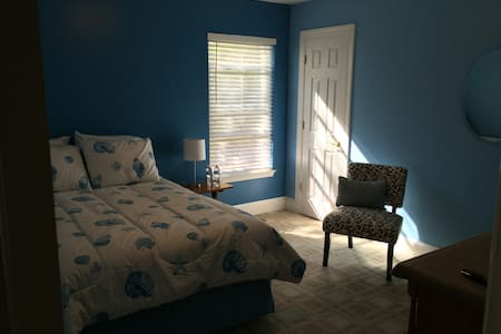 Airy bedroom, walk to the beach! - Virginia Beach