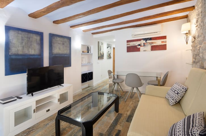 Cozy apartment in the Old Quarter with AC