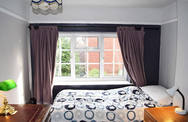Cosy Single Room Near To Goodwood - Westergate, Chichester  - House