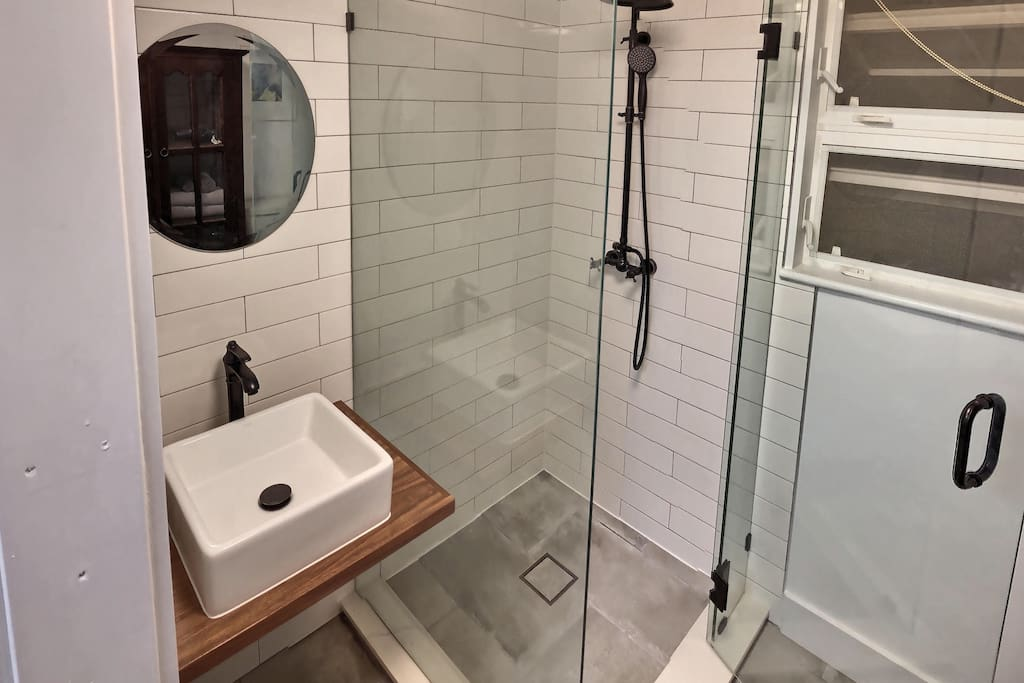 Newly renovated bathroom, more pictures coming soon!