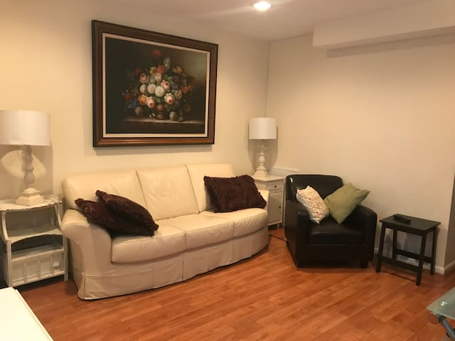 Cozy 2Bd/1Bt row house, 1 mile to Rockville Metro