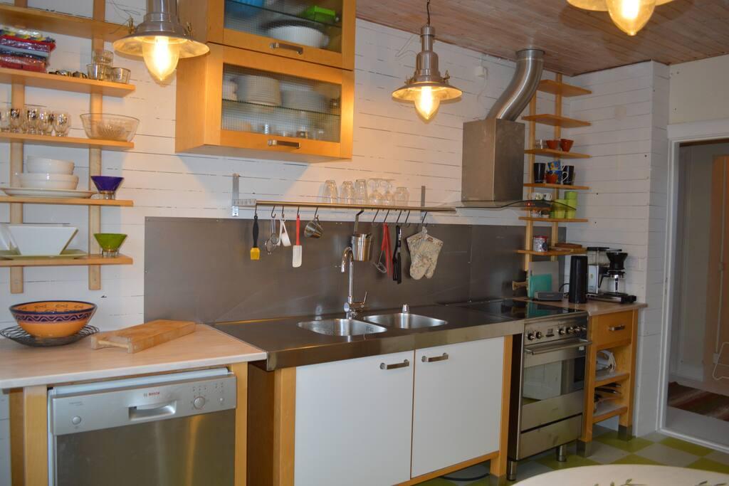 Helt utrustat kök, med kyl, frys, diskmaskin mm.