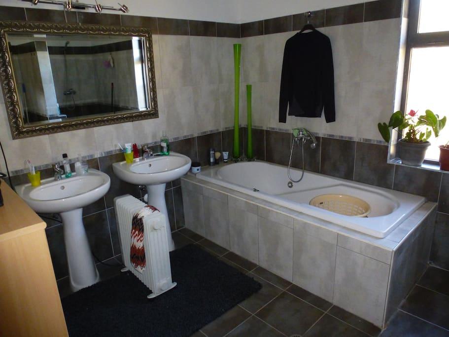 1 luxe badkamer, 2 ruime badkamers, extra toiletten