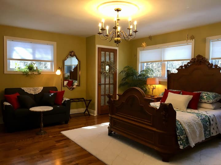 Cobblestone Retreat Suites - Near Ste. Anne's Spa