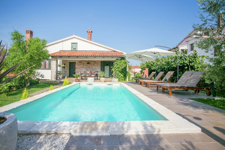 Attraktive Villa für 6 Personen mit Pool, nur 3 km vom Strand entfernt
