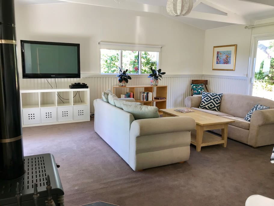 Rose Cottage: Wood fire, large Foxtel TV, and comfortable lounges