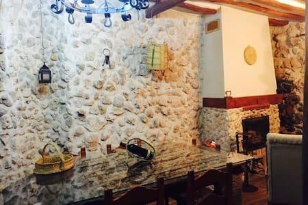 Casa Rural con barbacoa y buhardilla - Mazuecos