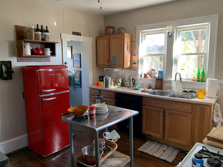Cozy Grandin Village home close to everything!