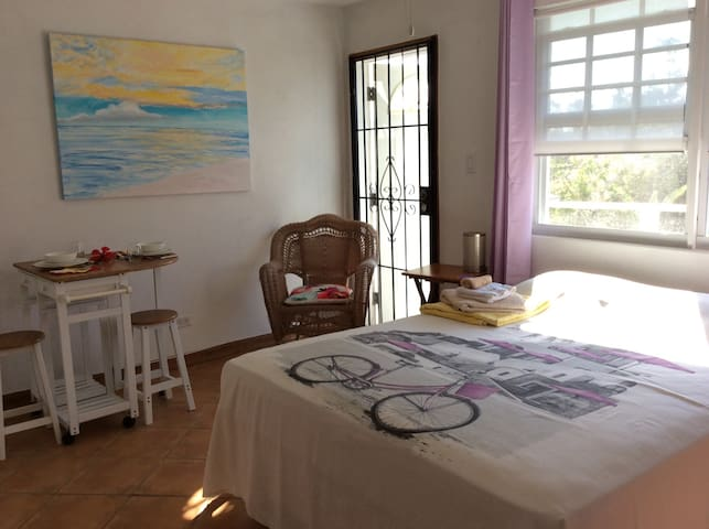 Cable beach, Nassau, lovely studio with balcony. - Nassau