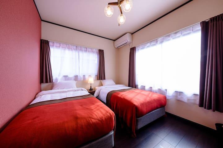 日本の赤を基調としたかわいらしい寝室