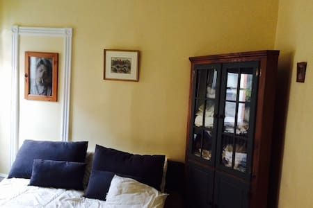 Two sunny bedrooms in quiet house, queen & double - Philadelphia - Bed & Breakfast