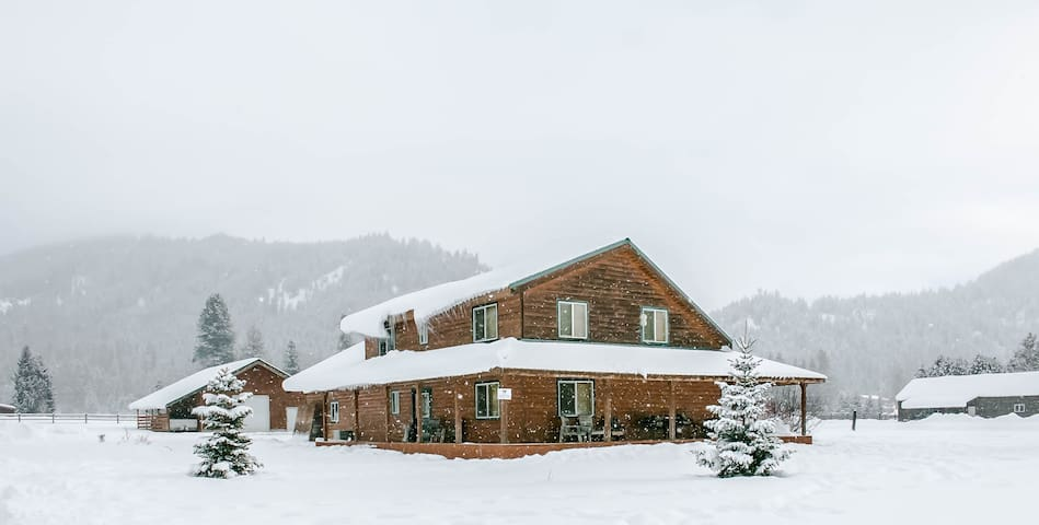 15% OFF MARCH SPECIAL- ALPINE ACRES, Private Hot Tub, WIFI- Alpine Acres Lodge-3 Bedroom, 2.25 Bathroom