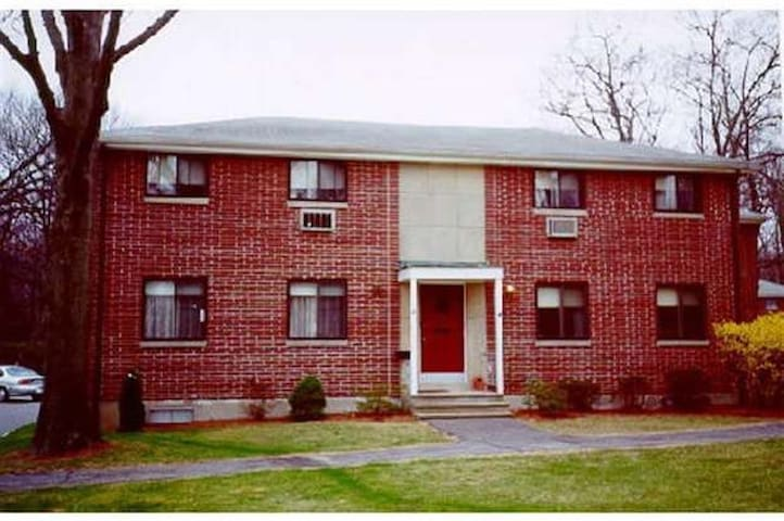 Cozy condo in Natick! Close to Natick Mall!