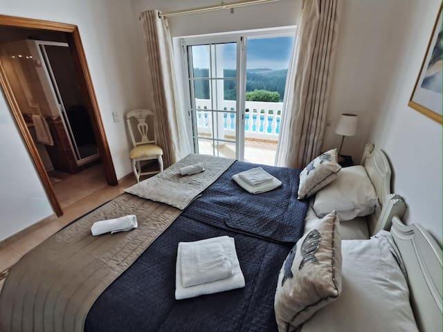 Schlafzimmer 1 mit Terrasse & Durchgang zu eignem Badezimmer
