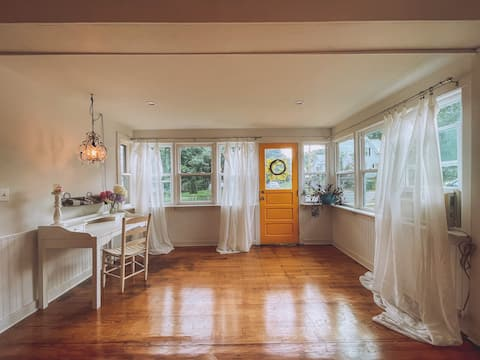Be home away from home @ Charming Chestnut Cottage