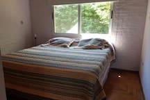 cuarto con cama matrimonial